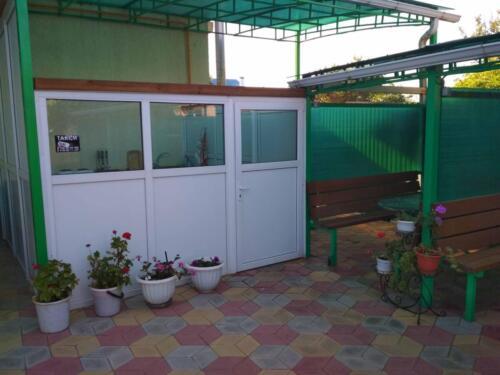 Гостевой дом Чайка территория кухня летняя3